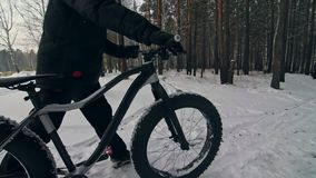 Paseo extremo profesional del motorista del deportista con la bici gorda en aire libre El ciclista que camina en el hombre del bo almacen de video