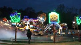 Paseo Fahrgeschäft 'aleta 'del Funfair en la feria de diversión alemana Kirmes en la noche 4K metrajes