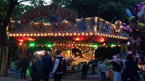 Paseo Fahrgeschaeft 'Melodie Star 'del Funfair en la feria de diversión alemana Kirmes en Berlín - tiro ancho metrajes