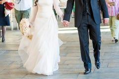Paseo de novia y del novio Imágenes de archivo libres de regalías