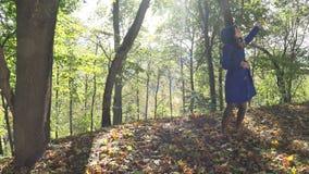 Paseo feliz joven de la mujer en parque otoñal Freetime en naturaleza 4K almacen de video