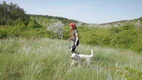 Paseo femenino con el perro