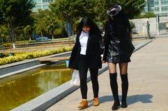 Paseo femenino de los turistas a través del cuadrado de ciudad Imagen de archivo libre de regalías