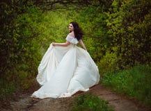 Paseo hermoso de la primavera de la muchacha en el bosque foto de archivo libre de regalías