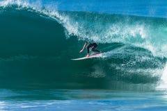 Paseo hueco del tubo de la onda que practica surf Foto de archivo libre de regalías