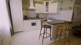 Paseo interior casero en interior clásico de la cocina del estilo almacen de metraje de vídeo