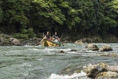 Paseo Japón del barco de Katsura River imagenes de archivo