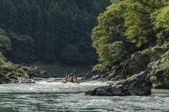 Paseo Japón del barco de los rápidos de Katsura River fotos de archivo
