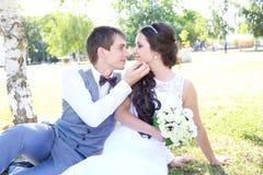 Paseo joven de novia y del novio en naturaleza Imágenes de archivo libres de regalías