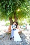 Paseo joven de novia y del novio en naturaleza Foto de archivo