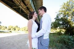 Paseo joven de novia y del novio en naturaleza Fotografía de archivo libre de regalías