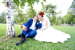Paseo joven de novia y del novio en naturaleza Imagenes de archivo