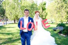 Paseo joven de novia y del novio en naturaleza Imagen de archivo