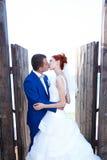 Paseo joven de novia y del novio en naturaleza Fotos de archivo libres de regalías