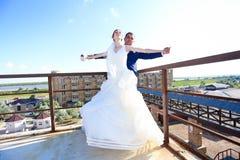 Paseo joven de novia y del novio en naturaleza Imagen de archivo libre de regalías