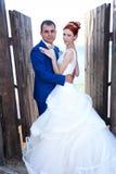Paseo joven de novia y del novio en naturaleza Fotografía de archivo