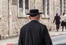 Paseo jud?o ultraortodoxo indefinido de la persona en cuarto jud?o jerusal?n fotos de archivo