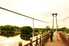 Paseo largo en el puente imagen de archivo libre de regalías