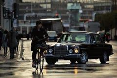 Paseo lluvioso de la bici imagen de archivo libre de regalías