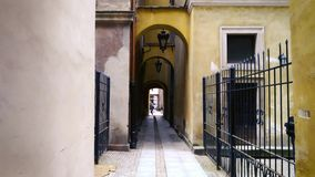 Paseo a lo largo de la calle vieja estrecha en Varsovia, Polonia almacen de video