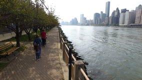 Paseo a lo largo de la 'promenade' Roosevelt Island metrajes