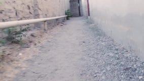 Paseo a lo largo de un callejón estrecho metrajes
