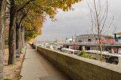 Paseo a lo largo del banco de río Sena Otoño de oro en París Imagen de archivo libre de regalías