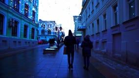 Paseo a lo largo del centro de la ciudad Iluminación festiva, tiempo del día, invierno, Moscú Rusia almacen de video
