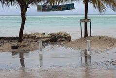 Paseo marítimo de la oleada del mar en el huracán Ernesto de Mahahual Foto de archivo libre de regalías