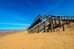 Paseo marítimo de la playa de Brackely, pasos enterrados Imagen de archivo libre de regalías