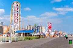 Paseo marítimo de la playa y parques de atracciones en Coney Island, Nueva York fotografía de archivo