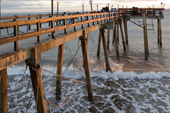 Paseo marítimo de madera en Costa Rica. Fotos de archivo