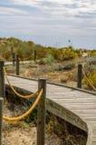 Paseo marítimo de madera en las dunas que llevan a la playa arenosa, el PA Foto de archivo libre de regalías