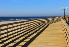 Paseo marítimo de madera por el mar Imágenes de archivo libres de regalías