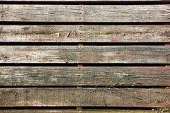 Paseo marítimo de madera viejo de la acera del listón en ciudad antigua Foto de archivo