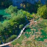 Paseo marítimo a lo largo de las cascadas en el parque nacional de los lagos Plitvice en Croacia Fotos de archivo libres de regalías