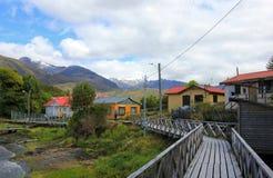 Paseo marítimo, Puerto Eden en Wellington Islands, fiords de Chile meridional foto de archivo libre de regalías