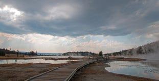 Paseo marítimo que curva entre las aguas termales calientes del lago y las aguas termales calientes de las cascadas en el parque  Fotografía de archivo