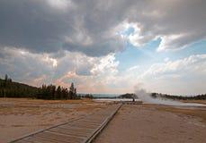 Paseo marítimo que lleva a las aguas termales calientes del lago en el lavabo más bajo del géiser en el parque nacional de Yellow Foto de archivo libre de regalías