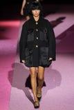 Paseo modelo de Adriana Lima la pista en Marc Jacobs durante Mercedes-Benz Fashion Week Spring 2015 Fotos de archivo