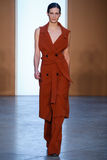 Paseo modelo de Drake Burnette la pista en Derek Lam Fashion Show durante la caída 2015 de MBFW Fotografía de archivo