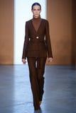 Paseo modelo de Julia Bergshoeff la pista en Derek Lam Fashion Show durante la caída 2015 de MBFW Foto de archivo libre de regalías