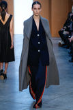 Paseo modelo de Julia Bergshoeff la pista en Derek Lam Fashion Show durante la caída 2015 de MBFW Imagen de archivo