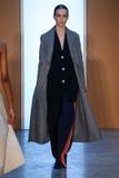 Paseo modelo de Julia Bergshoeff la pista en Derek Lam Fashion Show durante la caída 2015 de MBFW Imagen de archivo libre de regalías