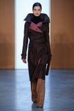 Paseo modelo de Julia van Os la pista en Derek Lam Fashion Show durante la caída 2015 de MBFW Fotos de archivo libres de regalías
