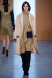 Paseo modelo de Sam Rollinson la pista en Derek Lam Fashion Show durante la caída 2015 de MBFW Foto de archivo