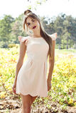 Paseo moreno de la mujer atractiva hermosa en vestido del brillo del sol del parque Imagenes de archivo
