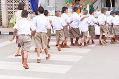 Paseo ordenado del estudiante en paso de peatones Imagen de archivo