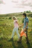 Paseo precioso de los pares en el prado verde Fotografía de archivo
