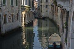 Paseo tradicional de la góndola en pequeño canal en el distrito residencial de los edificios y del puente históricos, Venezia, Ve Fotografía de archivo